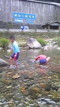 越知川で川遊び