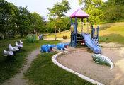 街中にある子ども向け遊具のある公園